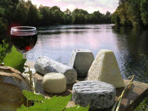 fromages-de-chevre-aoc-et-verre-de-vin